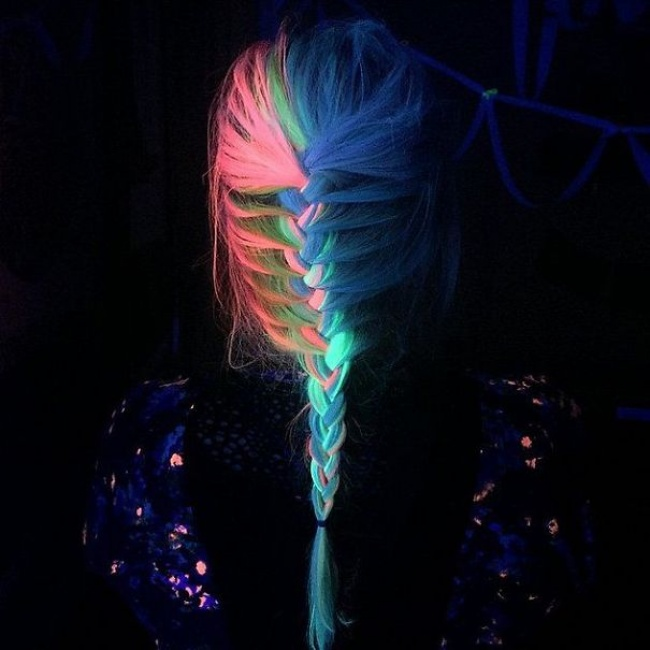 3109305-glow-in-dark-blacklight-hair-high-voltage-classic-manic-panic-11__605-1467710635-650-08a79b8848-1467833209